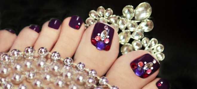 Ярко-розовый педикюр с камнями: маникюр, фото дизайна ногтей