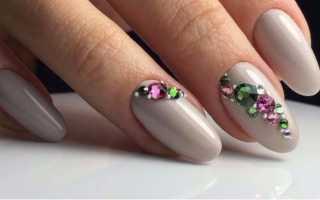 Восхитительный маникюр с цветком и стразами: маникюр, фото дизайна ногтей