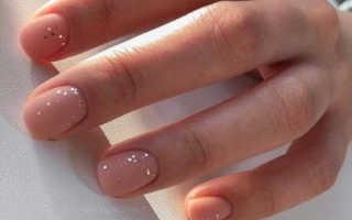 Веселый птенчик на бежевых ногтях: маникюр, фото дизайна ногтей