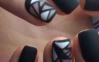 Матовый черный со стразами и бархатный рисунок: маникюр, фото дизайна ногтей
